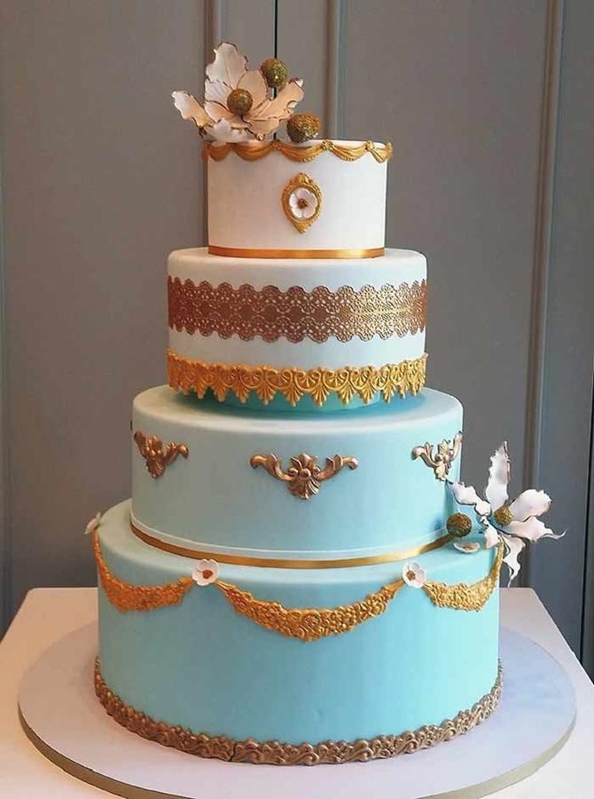 תמונה של עוגת חתונה בתכלת לבן וזהב