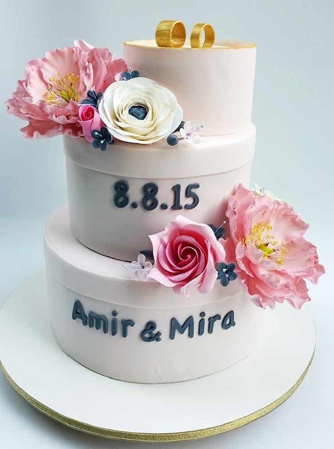 תמונה של עוגת חתונה קופסאות ופרחים