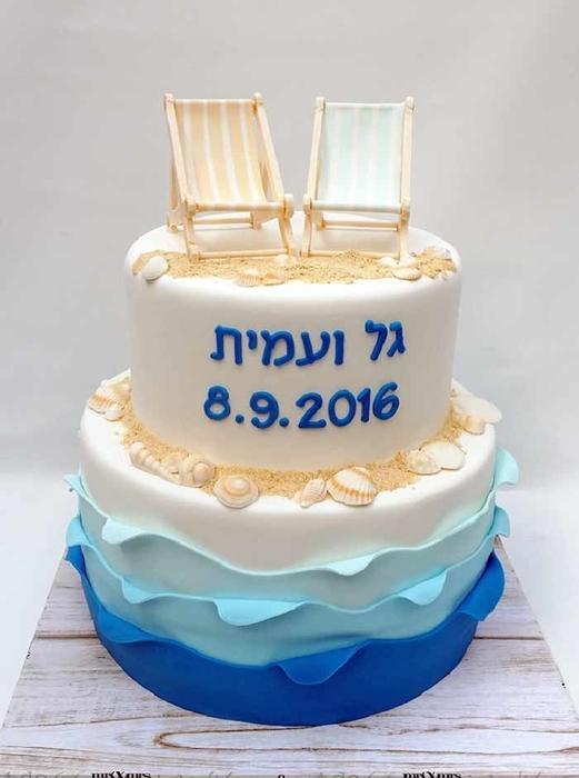 תמונה של עוגת חתונה כסאות בחוף הים