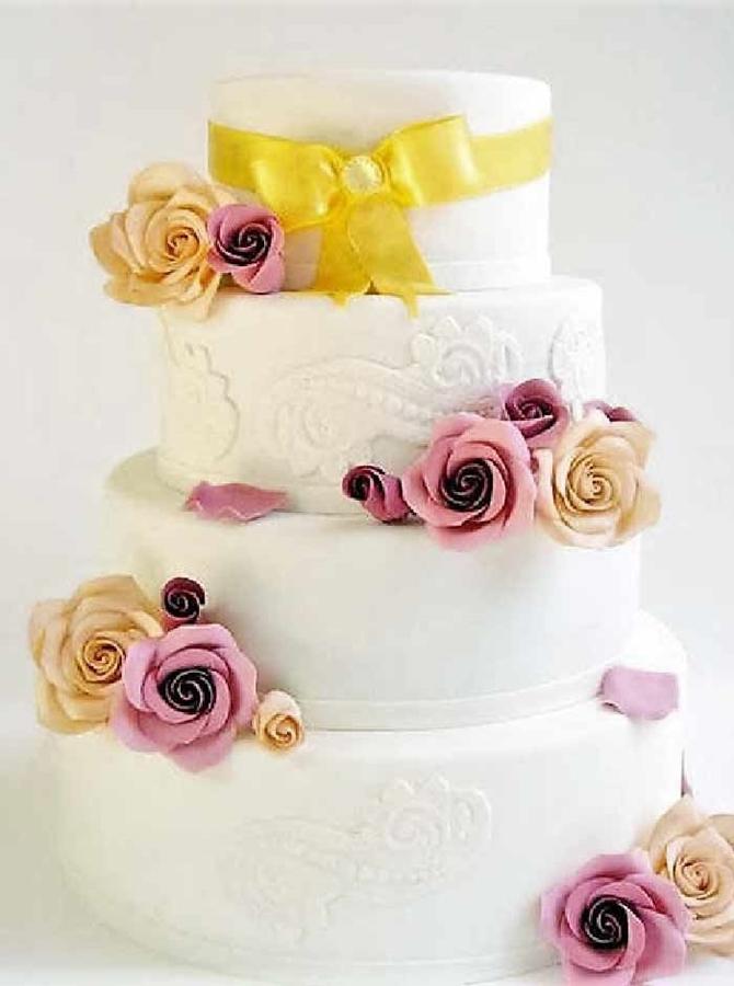 תמונה של עוגת חתונה ורדים וסרט מוזהב