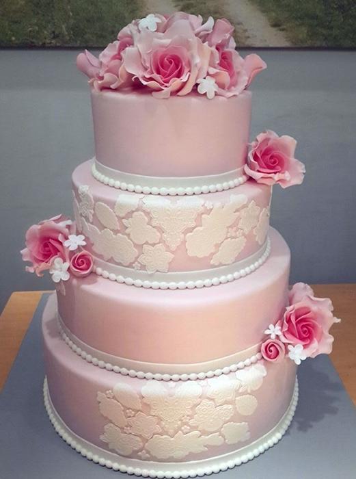 תמונה של עוגת חתונה מרשימה בורוד ולבן