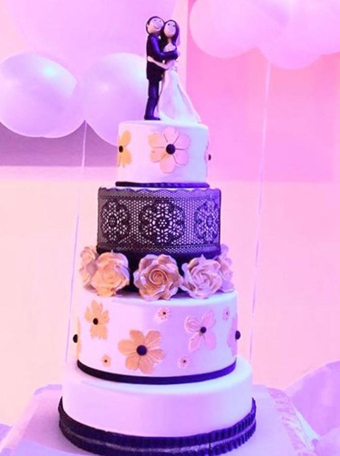 תמונה של עוגת חתונה דרמטית בשחור לבן וזהב
