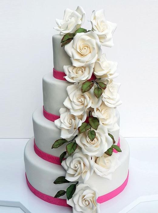 תמונה של עוגת חתונה מפל ורדים לבנים