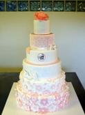 תמונה של עוגת חתונה בלבן ואפרסק