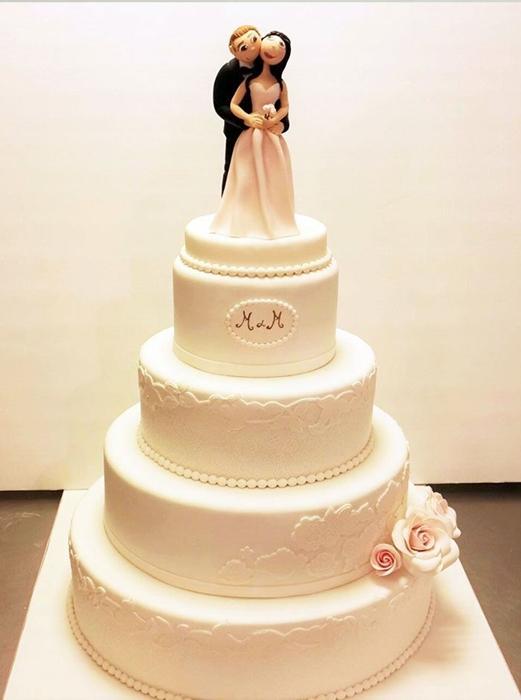 תמונה של עוגת חתונה אלגנטית בלבן על לבן