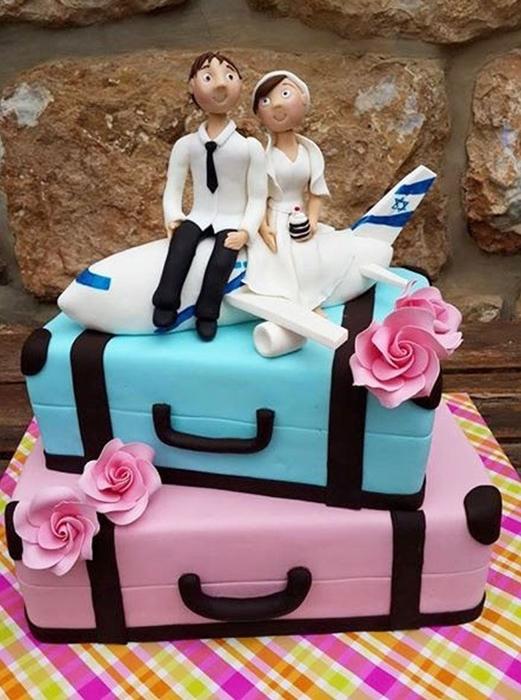 תמונה של עוגת חתונה על מזוודות