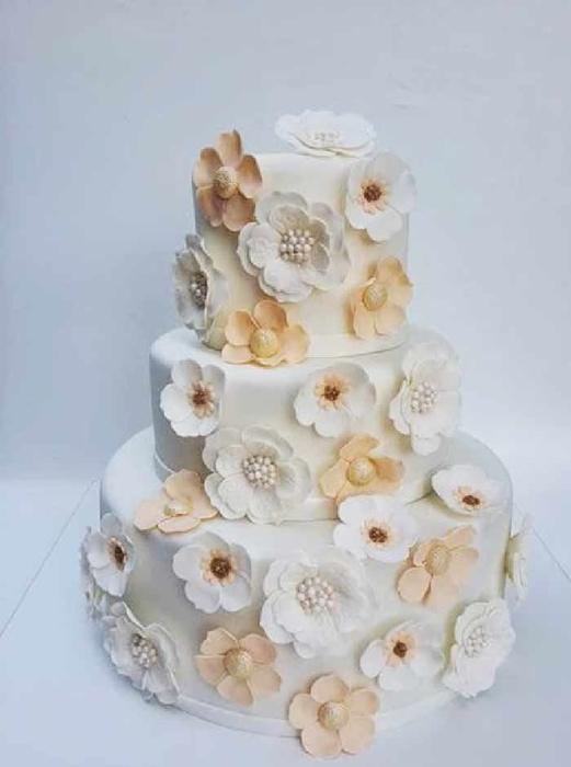 תמונה של עוגת חתונה פרחים בלבן ואפרסק