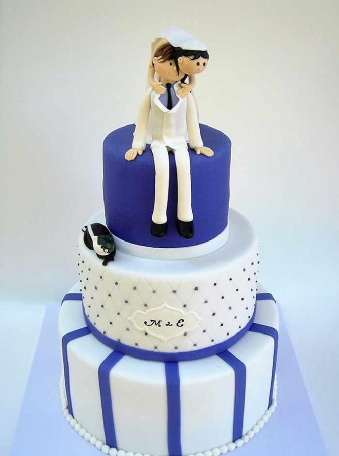 תמונה של עוגת חתונה קטנה בלבן וסגול