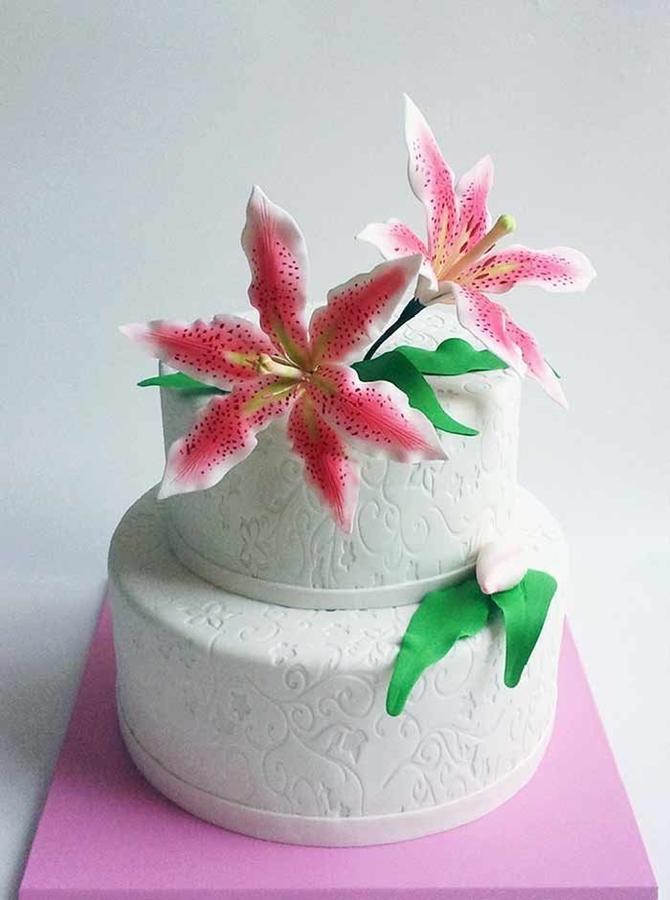 תמונה של עוגת חתונה עם טייגר לילי