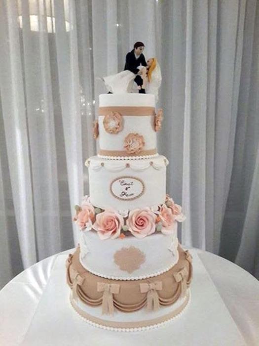 תמונה של עוגת חתונה עם דמויות רוקדות