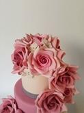תמונה של עוגת חתונה ורדים ותחרה