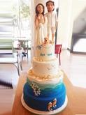 תמונה של עוגת חתונה עם חתן כלה בעיצוב ים
