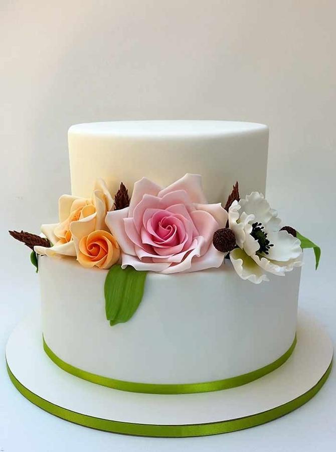 תמונה של עוגת חתונה עם פרחים מסוכר