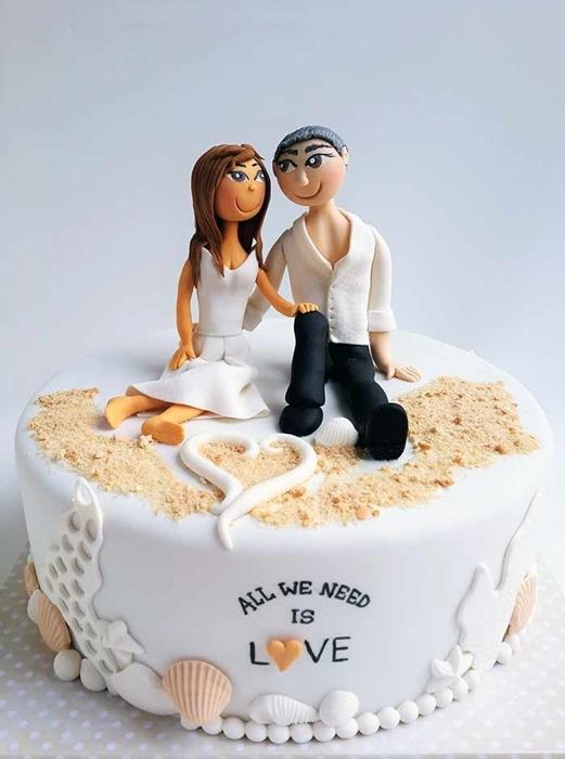 תמונה של עוגת חתונה זוג על החוף