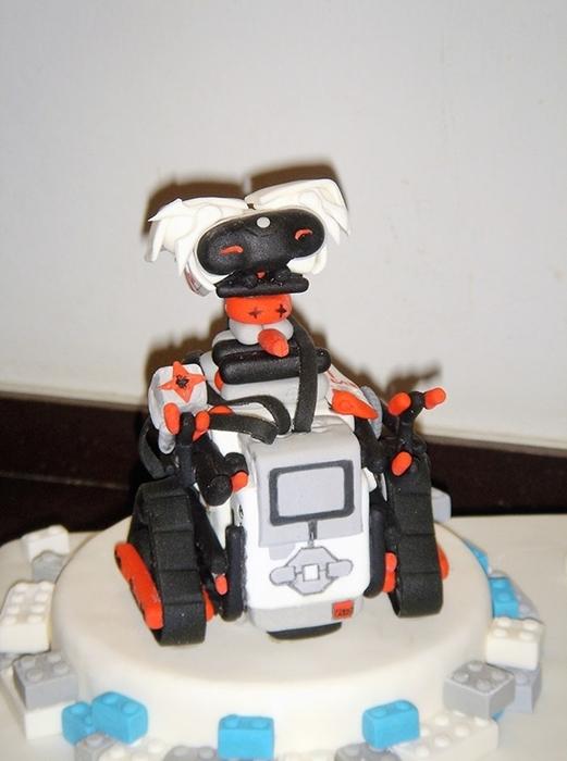 תמונה של עוגת בר מצווה - רובוט לגו