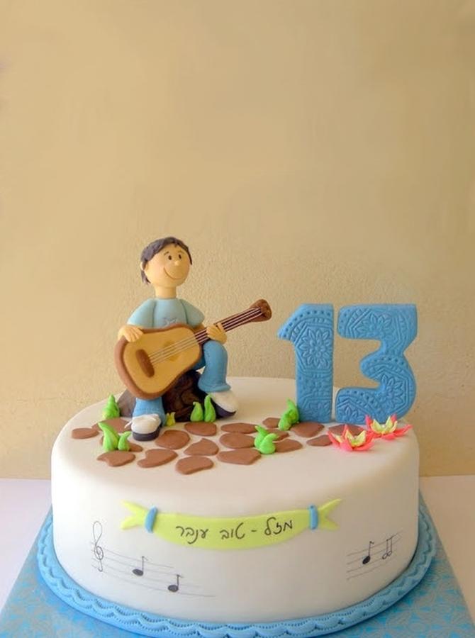 תמונה של עוגת בר מצווה נער מנגן