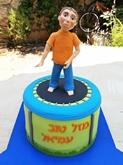 תמונה של עוגת בר מצווה נער על טרמפולינה