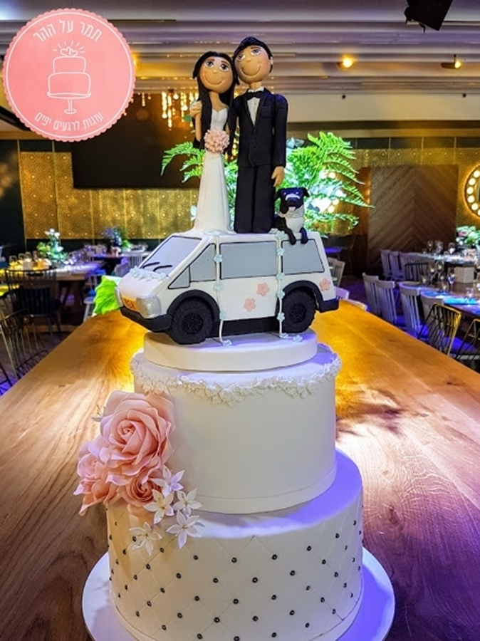 תמונה של עוגת חתונה זוג על הגג