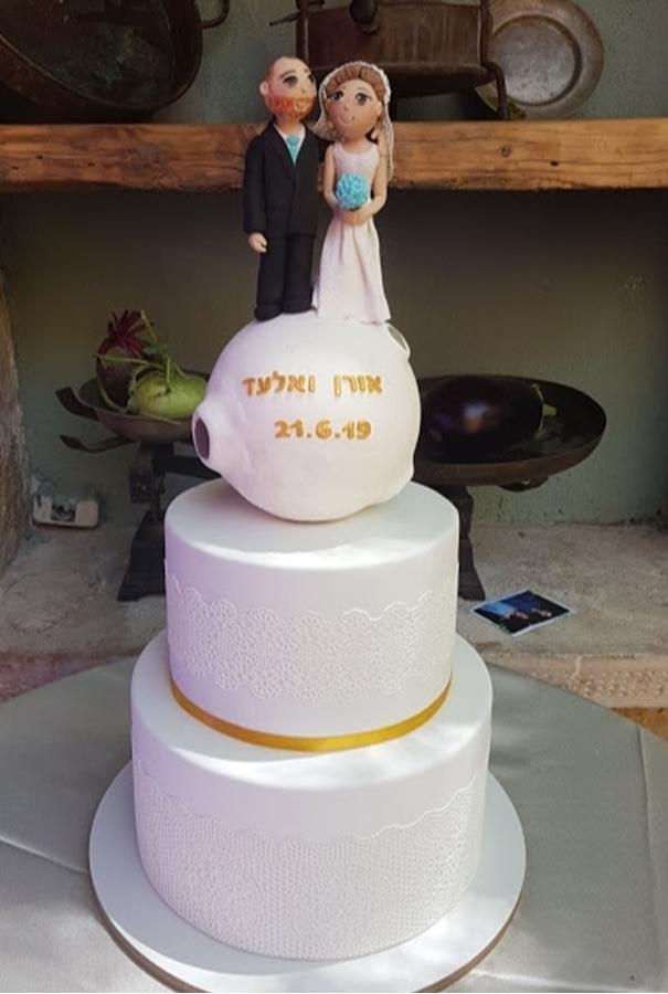 תמונה של עוגת חתונה זוג על הירח