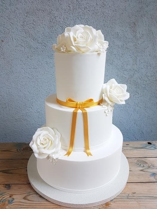 תמונה של עוגת חתונה אלגנטית בלבן וזהב