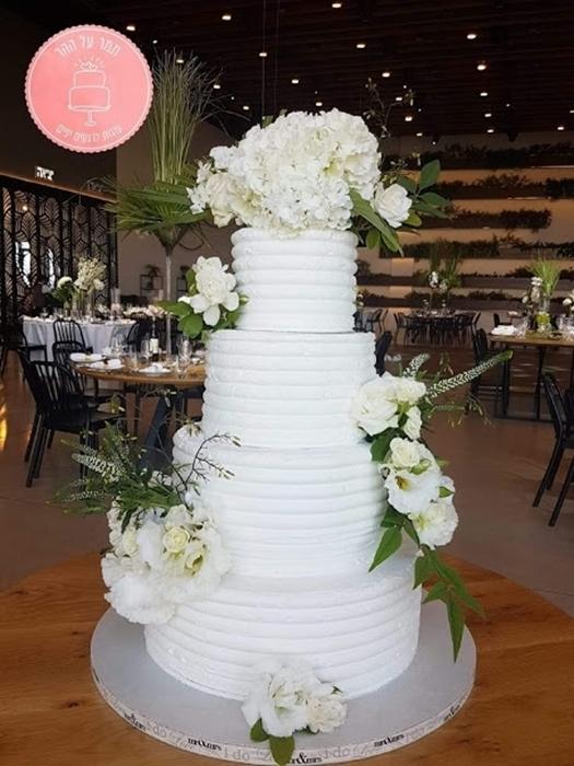 תמונה של עוגת חתונה קרם ופרחים
